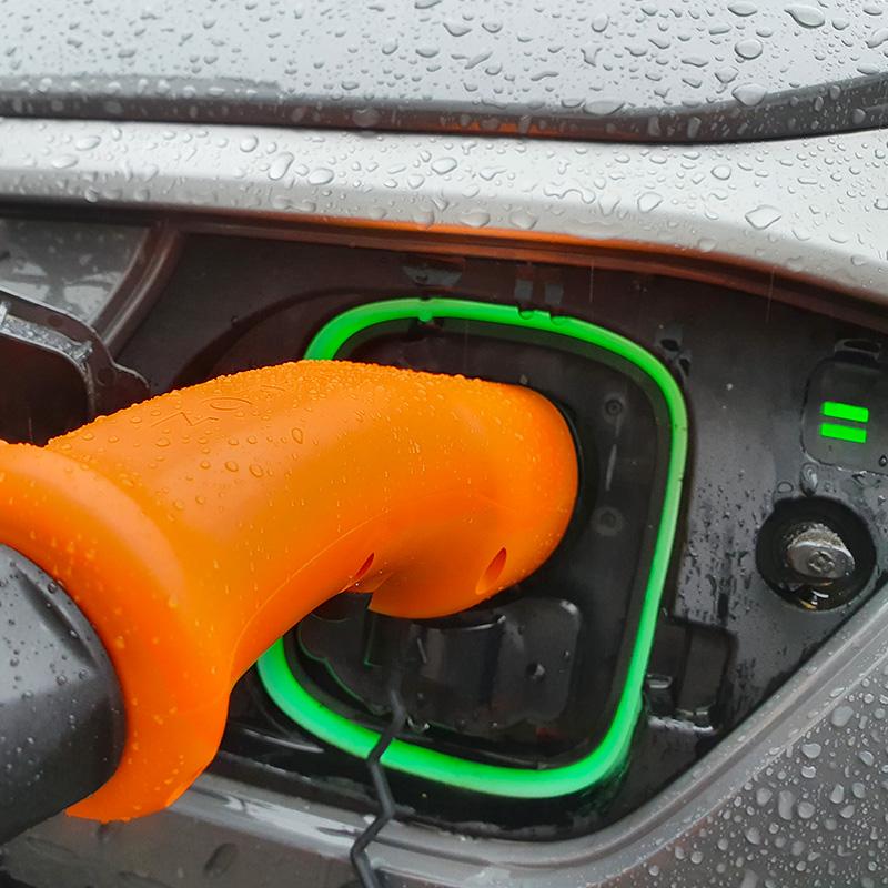 Recharge d'un véhicule électrique sous la pluie avec nos bornes de recharge